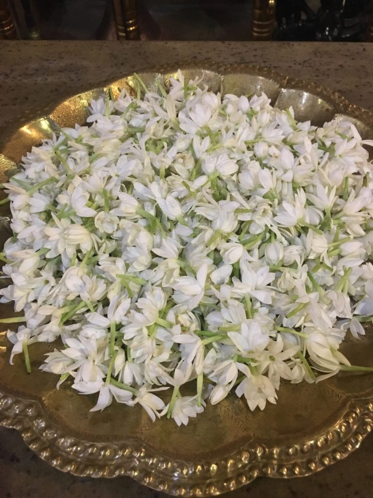 Blumen, die während der Zeremonie im Tempel der Zahnreliquie dargeboten werden