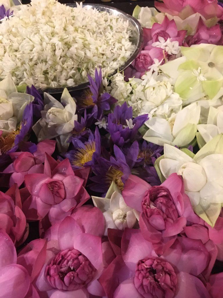 Buddhisten schenken Buddha während der Zeremonie Blumen mit Duft und bitten um Erfüllung ihrer Wünsche.