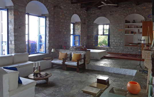 Griechenland - SARONIC ISLANDS - HYDRA - Chora - Villa Antonis - Spacious living room with lots of windows