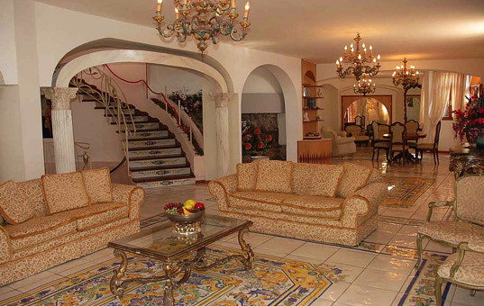 Italien - CAMPANIA - AMALFI COAST - Praiano - Villa Costa degli Dei - Open antique furnished living and dining area