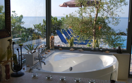 Griechenland - CRETE - Achlia - Spiti Achlia - Large corner bathtub with pool- and seaview