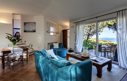 Italien - SARDINIA - Baja Sardinia - Villa Ortensia - Living room with sea vies terrace villa Sardegna