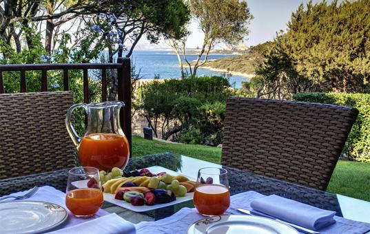 Italien - SARDINIA - Baja Sardinia - Villa Bouganville - Dining terrace in sea view villa Sardegna