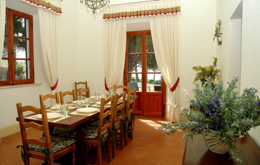 Italien - TUSCANY - ELBA - Costa dei Gabbiani - Villa Api - Dining area with exit to the garden