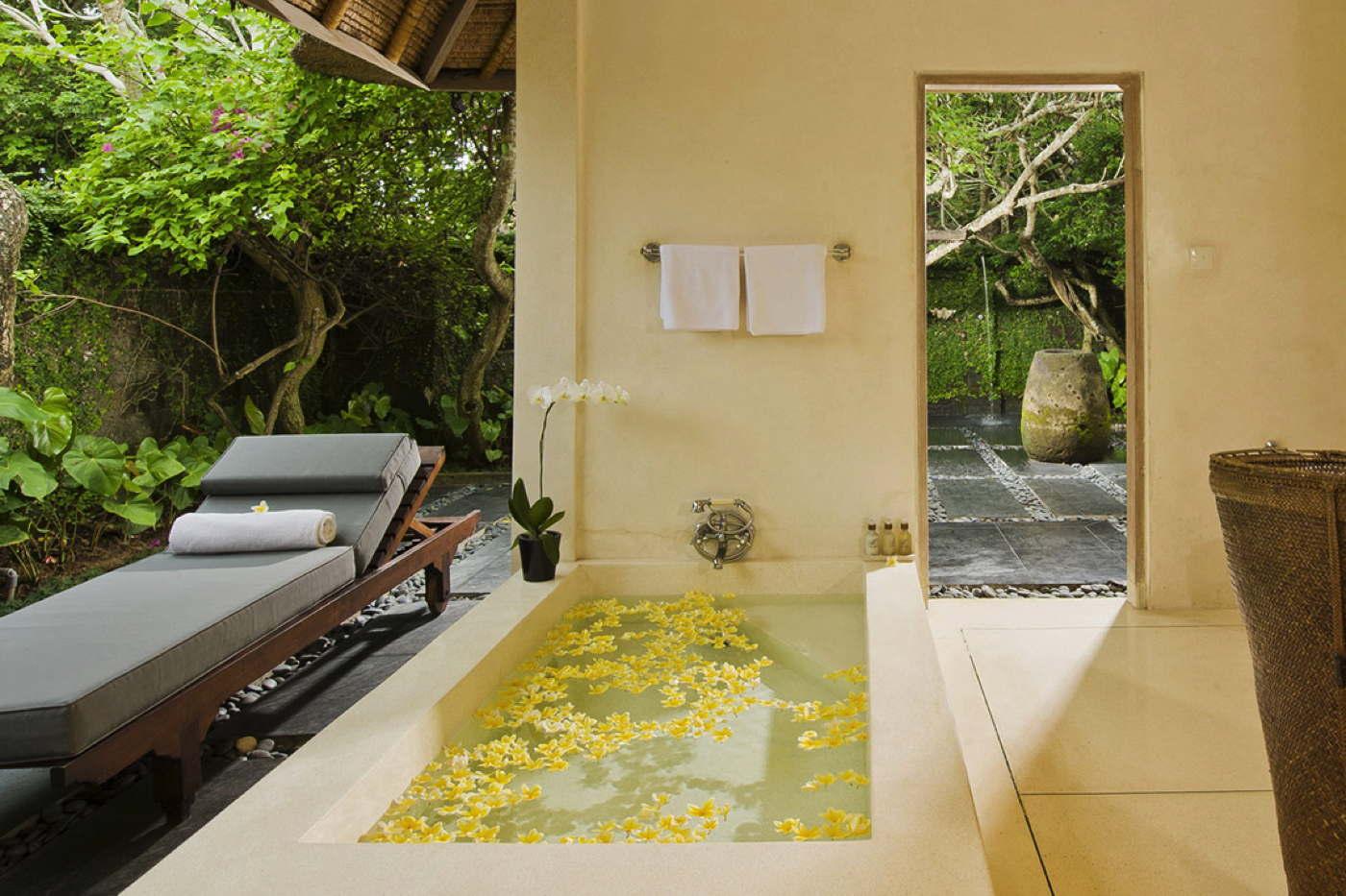 luxusvilla mit full service und pool am strand auf bali. Black Bedroom Furniture Sets. Home Design Ideas
