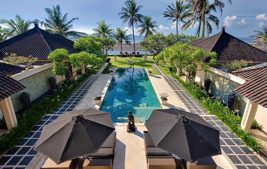 Asien - BALI - Saba Bai - Villa Ylang Ylang - View of the beachfront luxury villa with pool