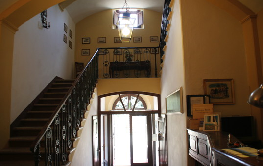 Italien - TUSCANY - ELBA - Costa dei Gabbiani - Hotel Villa delle Ripalte - Entrance area with stairs leading upstairs
