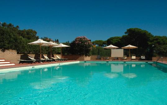 Italien - TUSCANY - ELBA - Costa dei Gabbiani - Hotel Villa delle Ripalte - Large pool with loungers
