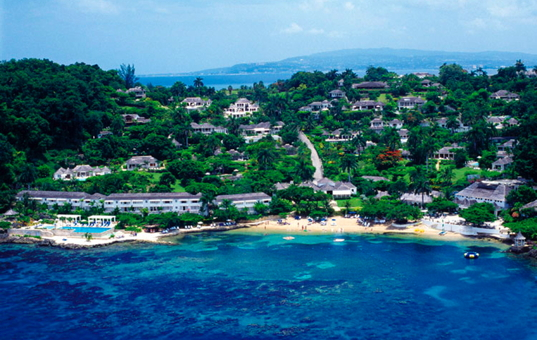 Karibik - Montego Bay - Round Hill Hotel - Beach surrounded with a lush and hilly landscape
