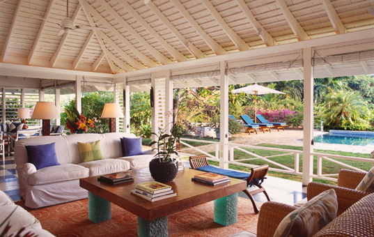 Karibik - Montego Bay - Round Hill Hotel - Cozy covered terrace with view of the garden and pool