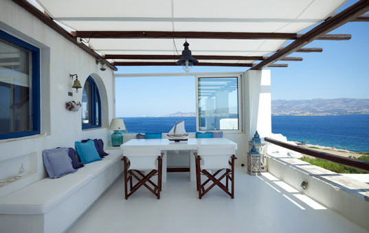 Griechenland - CYCLADES - ANTIPAROS - Agios Giorgos - Villa Manto - Covered terrace with dining area and panoramic sea view