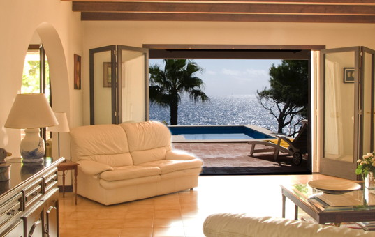 Spanien - BALEARIC ISLANDS - MAJORCA - Cala D Or - Casa Dragonera - Living room with opening to terrace and sea view
