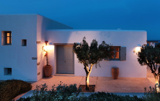 <a href='/holiday-villa/greece.html'>GREECE</a> - <a href='/holiday-villa/greece/cyclades.html'>CYCLADES</a>  - <a href='/holiday-villa/greece/antiparos.html'>ANTIPAROS</a> - Soros - Soros Beach Villa 1 - Entrance of a white villa in evening light