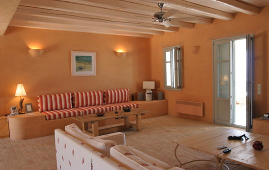 Griechenland - CYCLADES - ANTIPAROS - Soros - Soros Beach Villa 1 - Cozy livingroom with warm colours