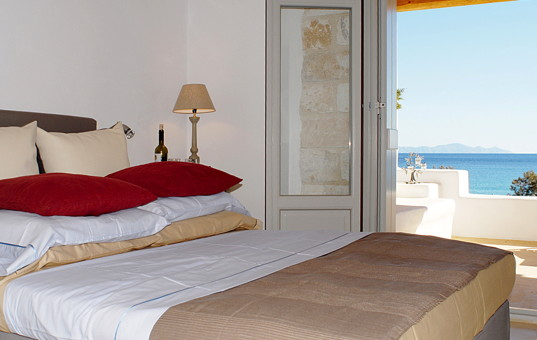 Griechenland - CYCLADES - PAROS - Aliki - Spiti Farangas - bedroom with seaview