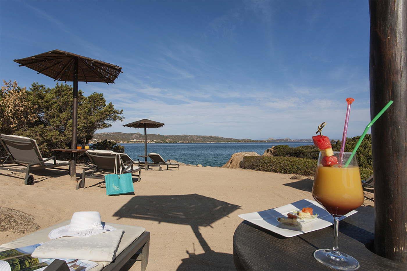Designhotel direkt am strand mit privaten villen auf for Sardinien design hotel