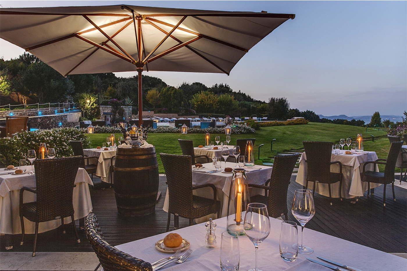 Designhotel direkt am strand mit privaten villen auf for Design hotel sardinien