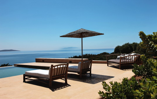Griechenland - CYCLADES - ANTIPAROS - Soros - Soros Beach Villa 2 - Terrace with pool and loungers with panoramic sea view