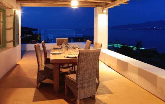 Griechenland - CYCLADES - ANTIPAROS - Soros - Soros Beach Villa 4 - Covered terrace with dining area in evening light