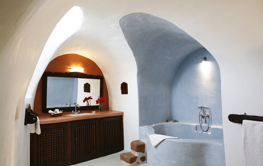 Griechenland - CYCLADES - SANTORINI - Megalochori - Villa Io - bathroom with arches