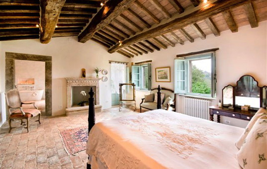 Italien - TUSCANY - Lisciano Niccola - Casale Sant Andrea - bedroom with fireplace in a charming villa in tuscany