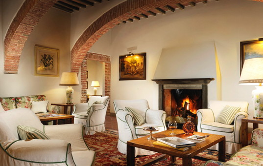 Italien - TUSCANY - Castelnuovo Berardengo - Borgo San Felice - fireplace and relaxing area in a luxury hotel in tuscany