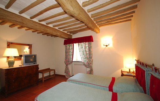 Italien - TUSCANY - Borgo San Felice - Apartment La Pergola - bedroom in a rustic rental apartment in tuscany