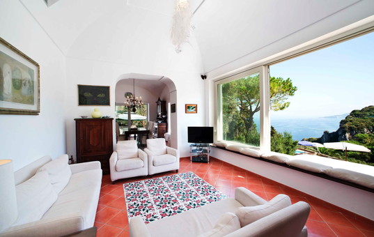 Italien - CAMPANIA - CAPRI - Capri - Villa Colonnina - Cozy livingroom with view of the sea through a large window