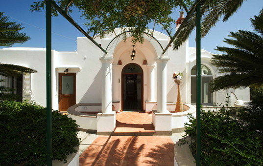 Italien - CAMPANIA - CAPRI - Capri - Villa Colonnina - Entrance with columns of luxury villa