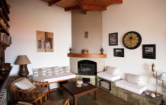 Griechenland - PELOPONNESE - Xiropigado - Villa Katima - living room with fireplace