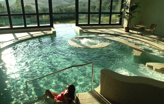 Italien - TUSCANY - San Casciano dei Bagni - Fonteverde Tuscan Resort & Spa - indoor pool with phantastic view