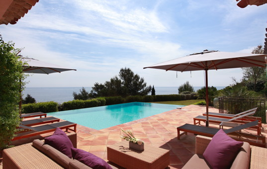 Frankreich - COTE D'AZUR - Ramatuelle - La Réserve Ramatuelle Villas - Terrace with cosy lounging area and large pool