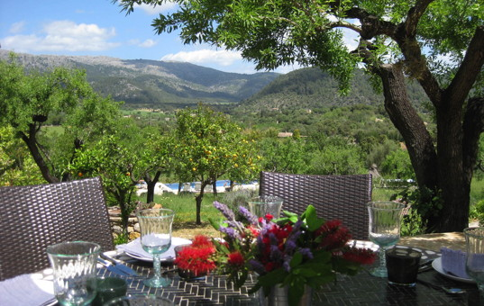 Spanien - BALEARIC ISLANDS - MAJORCA - Campanet - Finca Cami Blanc - dining area outside with fantastic view