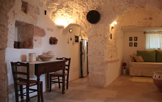 Italien - PUGLIA - Ostuni - Trullo Angelo - Country-style living room with dining area