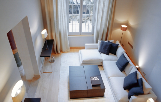 Frankreich - ILE DE FRANCE - Paris - Trocadero Suites - Simple but extremely modern living room with corner sofa