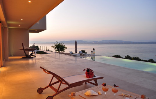 Griechenland - SARONIC ISLANDS - AEGINA - Vagia Mesagros - Sea Concept Villa - Evening light on terrace with pool and seaview