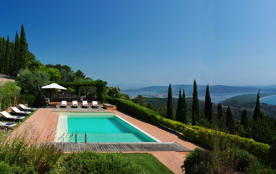 Italien - TUSCANY - MONTE ARGENTARIO - Porto Ercole - Villa Ercole - pool deck with stunning views of the sea