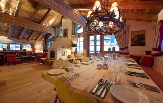 Österreich - TYROL - ARLBERG - Sankt Anton - Penthouse Arlberg - Spacious living and dining area with fireplace and ski slope view