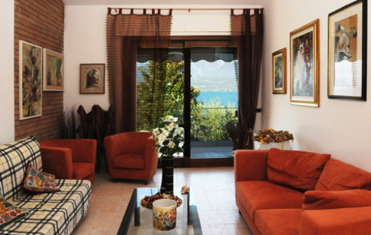Italien - LAKE GARDA - Torri del Benaco - Villa Lorena - Cozy living room with balcony and lake view