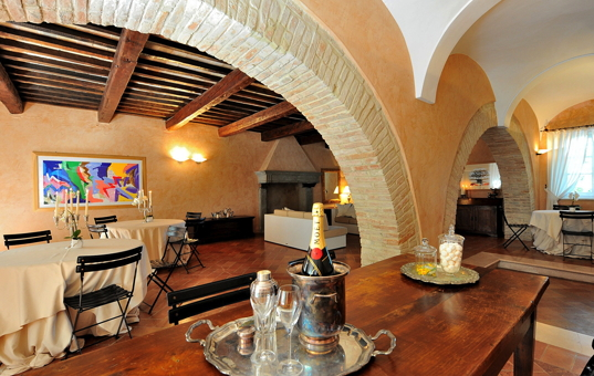 Italien - MARCHE - Montemaggiore al Metauro - Villa Tombolina - dining room with arches