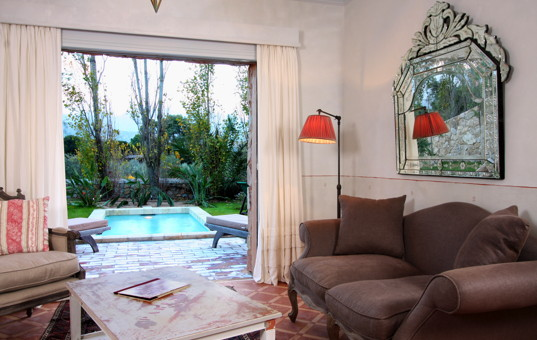 Frankreich - CORSICA - Calvi - Villen La Signoria - Cozy living room with view of the Pool and access to the terrace