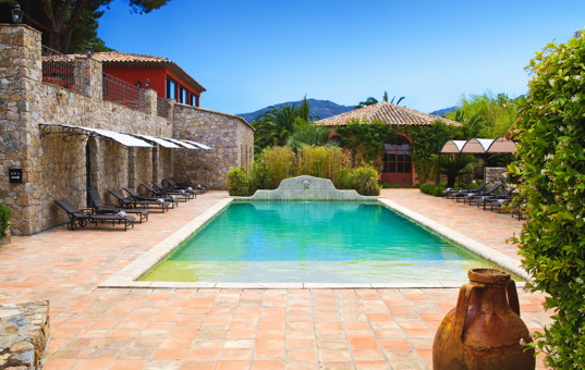 Frankreich - CORSICA - Calvi - Hotel La Signoria - Large pool with lots of loungers
