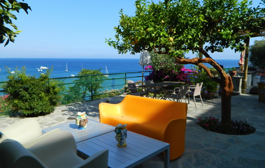 Italien - CAMPANIA - ISCHIA - Sant Angelo - Casa di Ale - Terrace with dining area and sea view