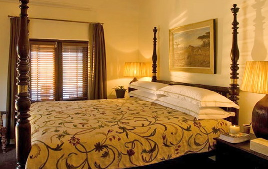 Afrika - SOUTH AFRICA - CAPE REGION - Clanwilliam - Villa Koro Bushmans Kloof - bedroom of holiday villa all inclusive in game reserve