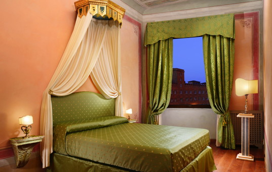 Italien - TUSCANY - Siena - Palazzo Accarigi - bedroom in a luxury city apartment in siena in tuscany
