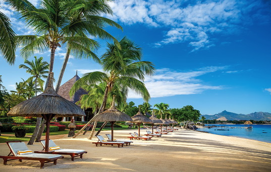 Indischer Ozean - MAURITIUS - Westküste, Baie aux Tortues - The Oberoi, Mauritius - White hotel beach with loungers