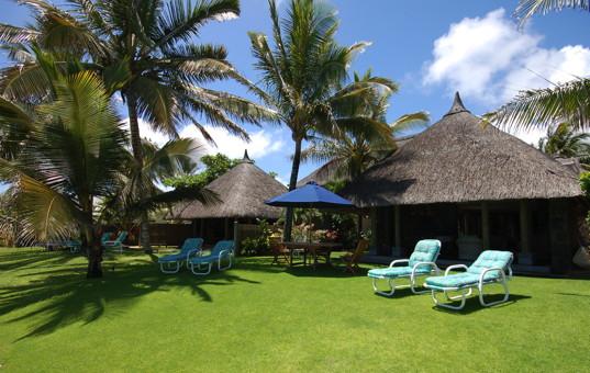 Indischer Ozean - MAURITIUS - Ostküste, Belle Mare - Villa Allamanda & Villa Jacaranda - Large garden with loungers