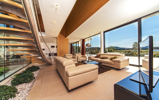 Kroatien - Dalmatien, Primosten - Golden Ray Villa 5 - Modern open living room with large window front and sea view