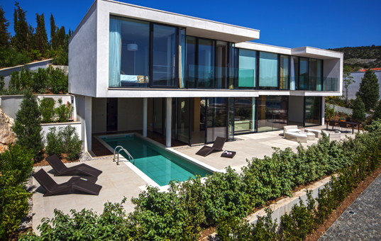 Kroatien - Dalmatien, Primosten - Golden Ray Villa 5 - Modern villa with large window front and partially covered pool
