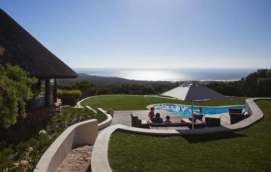 Afrika - SOUTH AFRICA - CAPE REGION - Walker Bay, Gansbaai - Grootbos Garden Lodge - View of the pool and magnificent sea view from Grootbos Garden Lodge